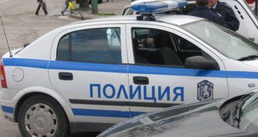 Роми пребиха полицаи