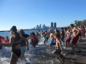 Българи се къпят в леденото езеро Онтарио (снимки)